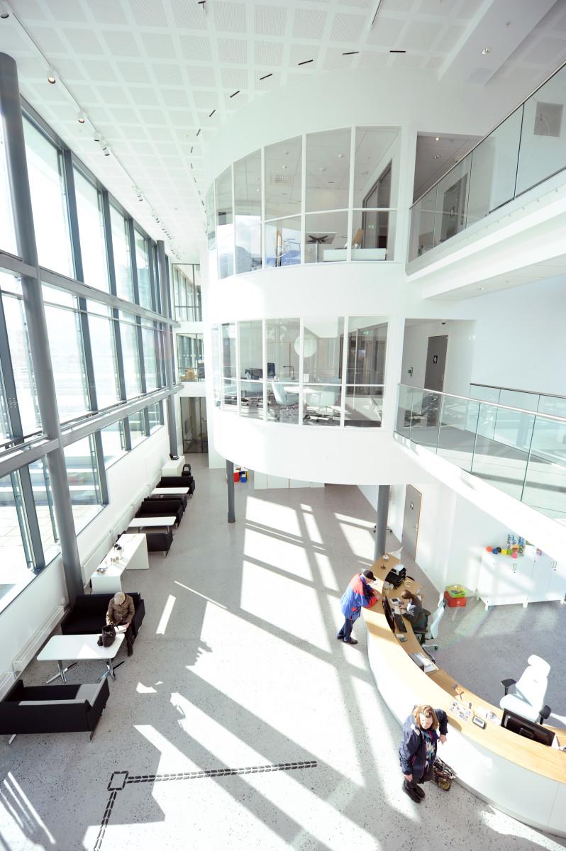 Bildet er tatt fra andre etasje, og viser innganspartiet.
