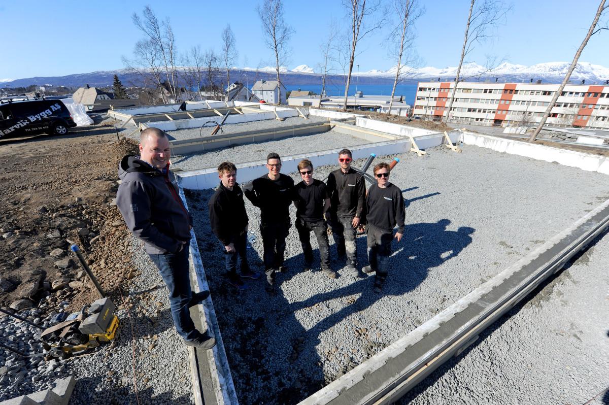 Anders Brækken (tv) ved  Narvik Bygg har skrevet under intensjonsavtale for leie av halve tomten. Foto: Rune Dahl