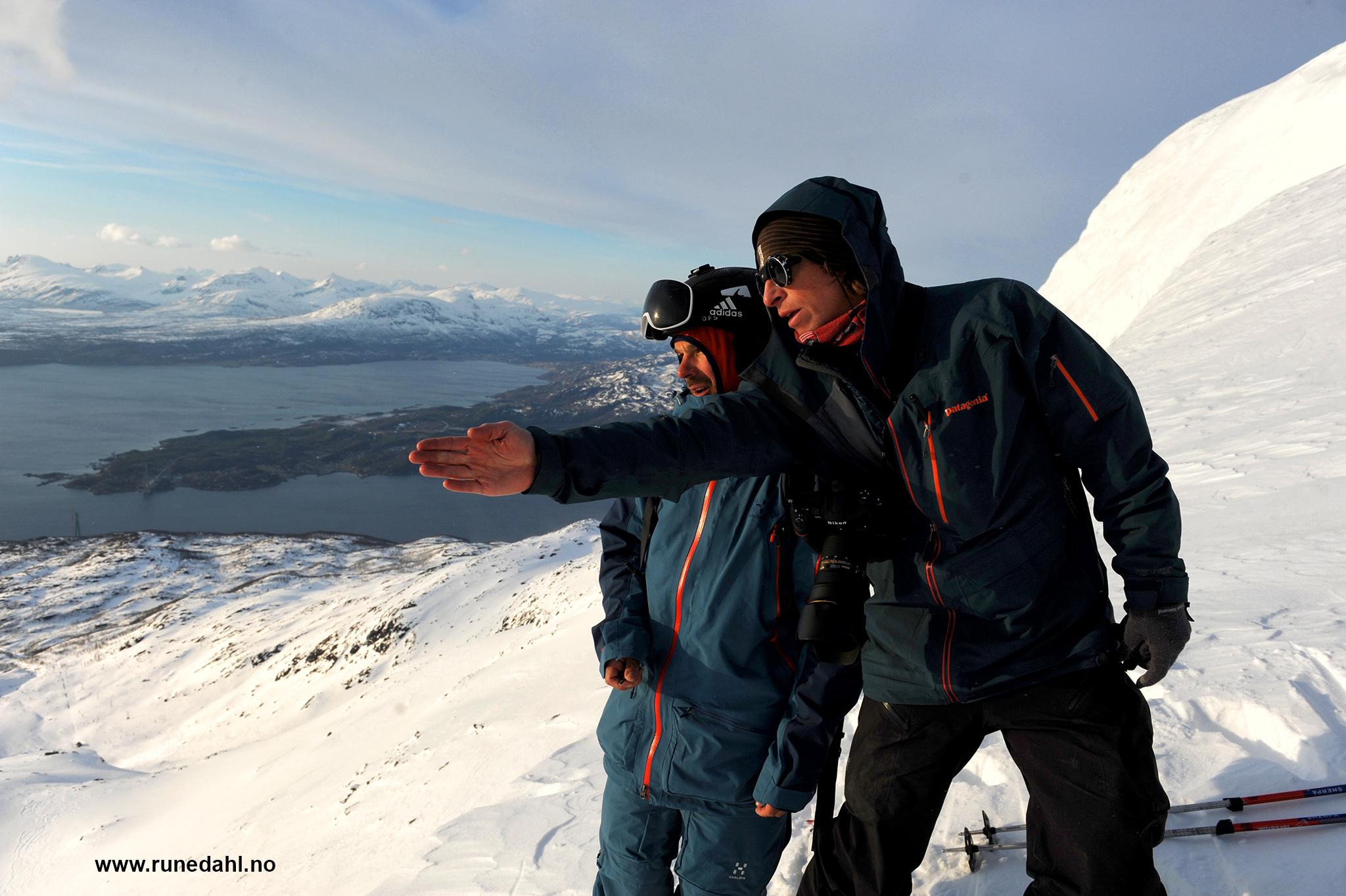 Fotografen Mattias Fredriksson (th) og skikjører Johan Jonsson diskuterer linjevalg. Foto: Rune Dahl
