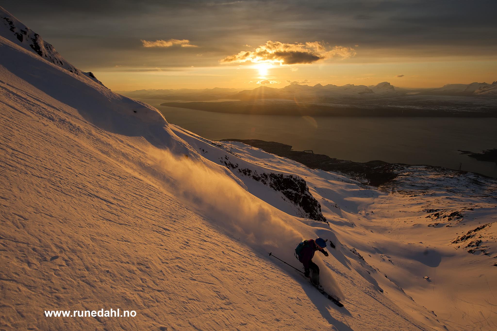 Sondre Dahl (12) kjører ned Tredjeholla i et fantastisk kveldslys. Foto: Rune Dahl