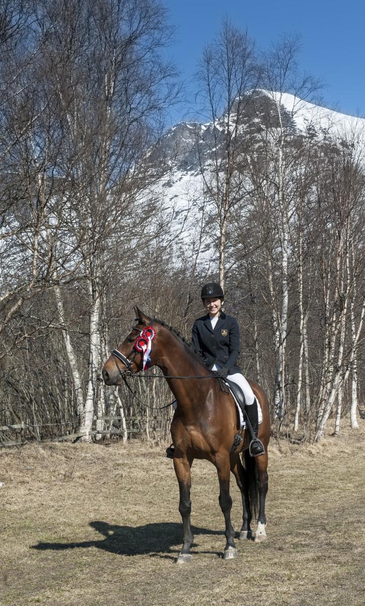 Miriam Johanessen er lærling på rideskolen og debuterte i dressur. Sammen med hesten sin, Fores Jump, ble det to førsteplasser.