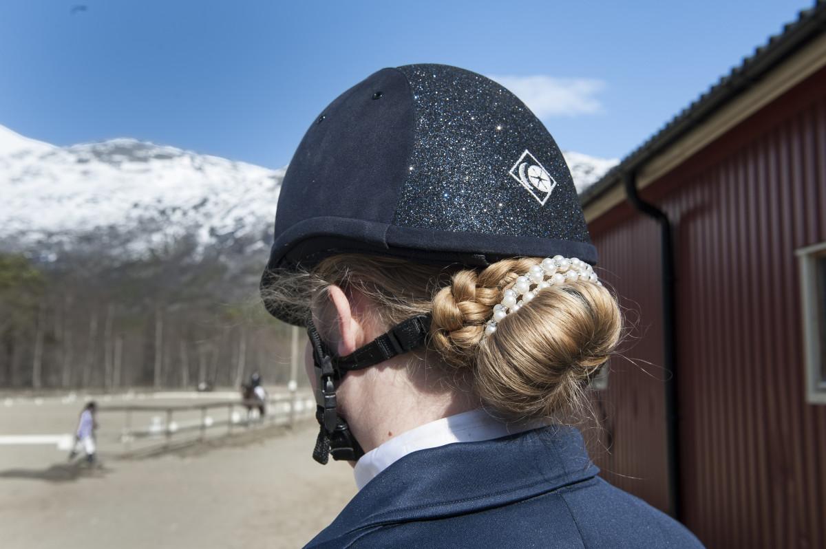 Både hest og rytter skal være stylet i henhold til reglene. Dette håret er godkjent.