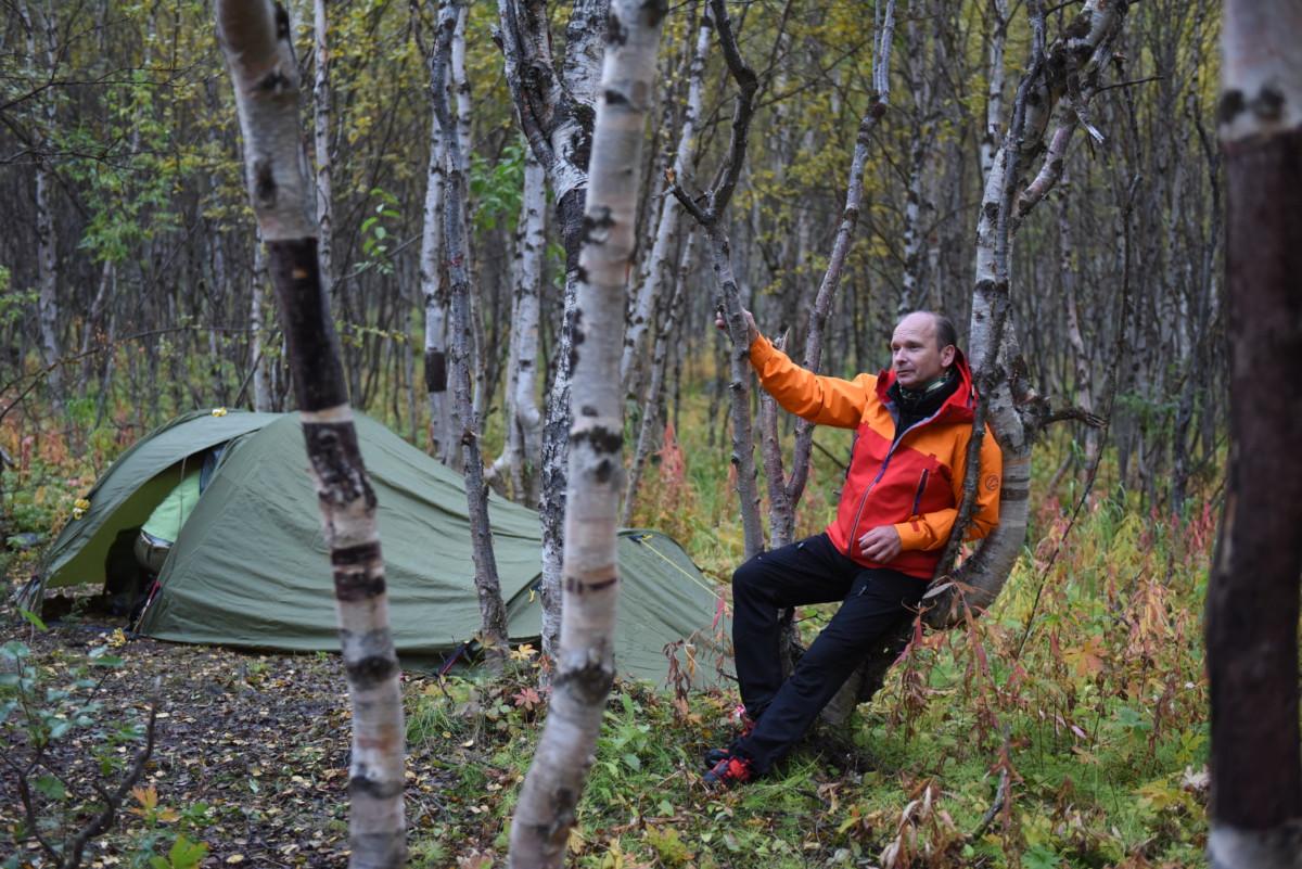 17 kilometer er tilbakelagt første dag. Espen finner den perfekte hvileplass.