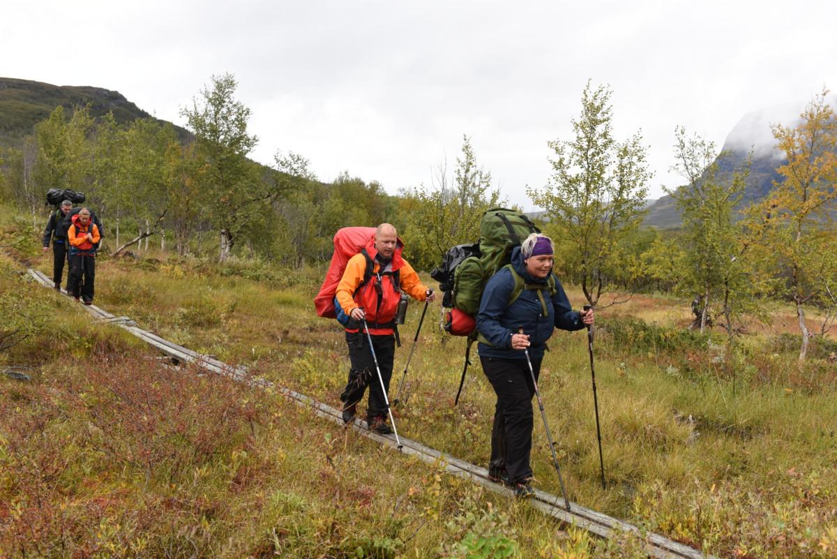 Siv-Elin og Roar på kloppene. Kilometervis med planker som er lagt ut i den svenske fjellheimen.