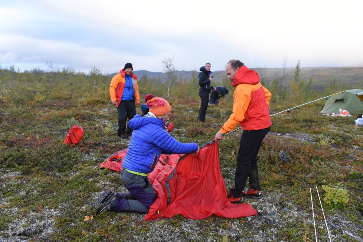 Camp dag to. Espen og Kim-Marius får opp teltene.