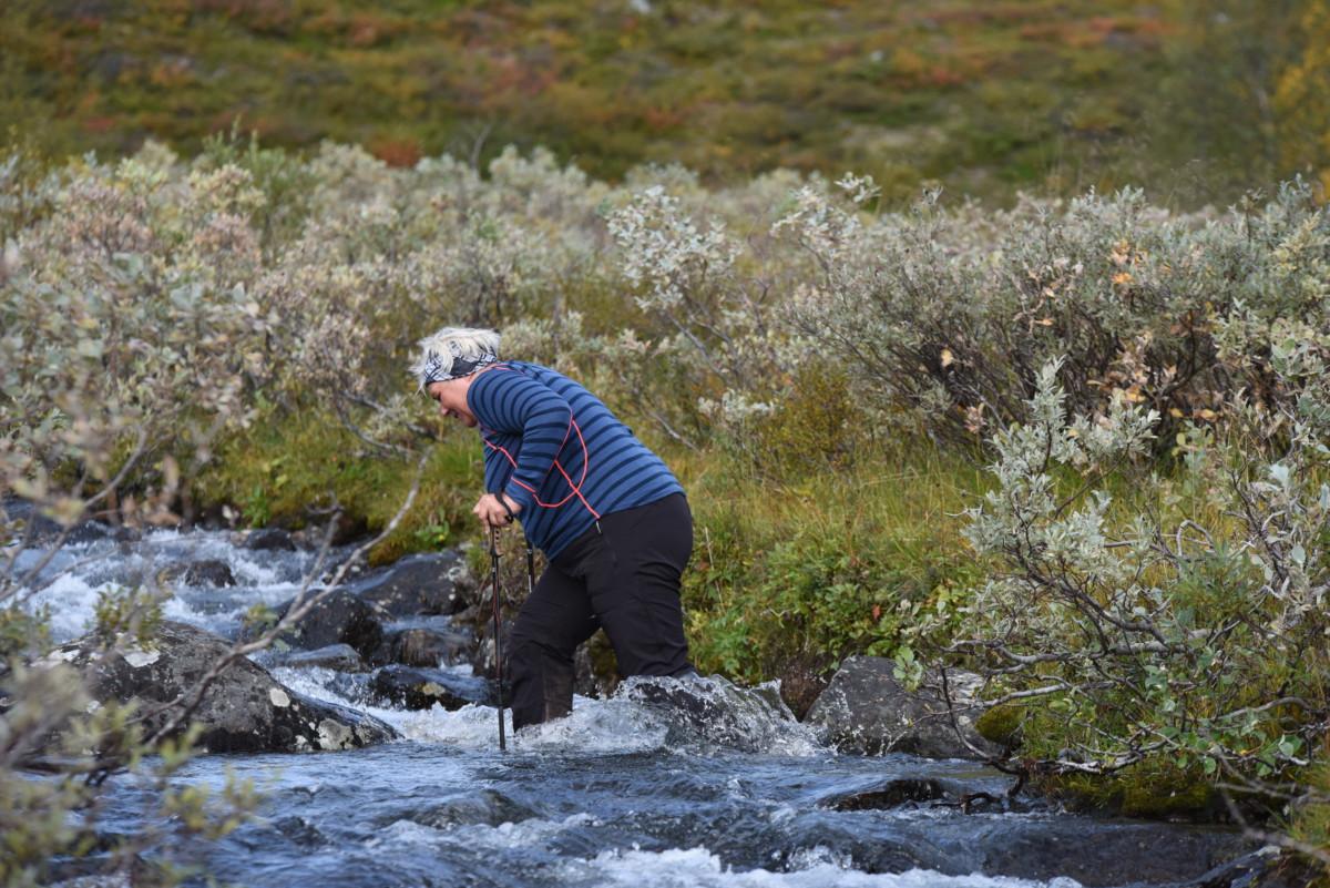 Siv Elin vasker føttene.
