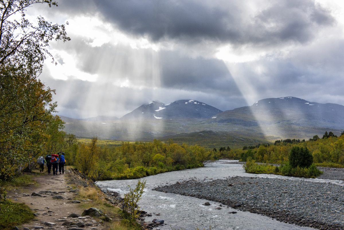 Magisk lys på vei opp Abiskodalen mot Abiskojaure.