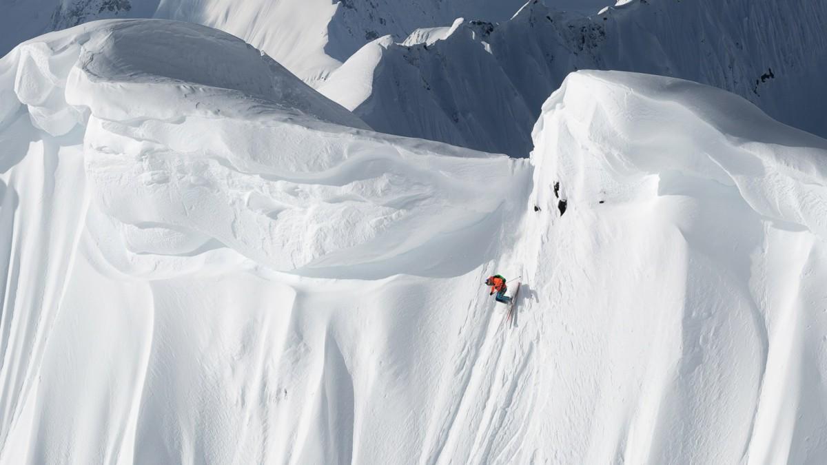 Aksel Lund Svindal kjører bratt i Alaska i Supervention II. (Foto: Justin Maccarty / SF Studios)