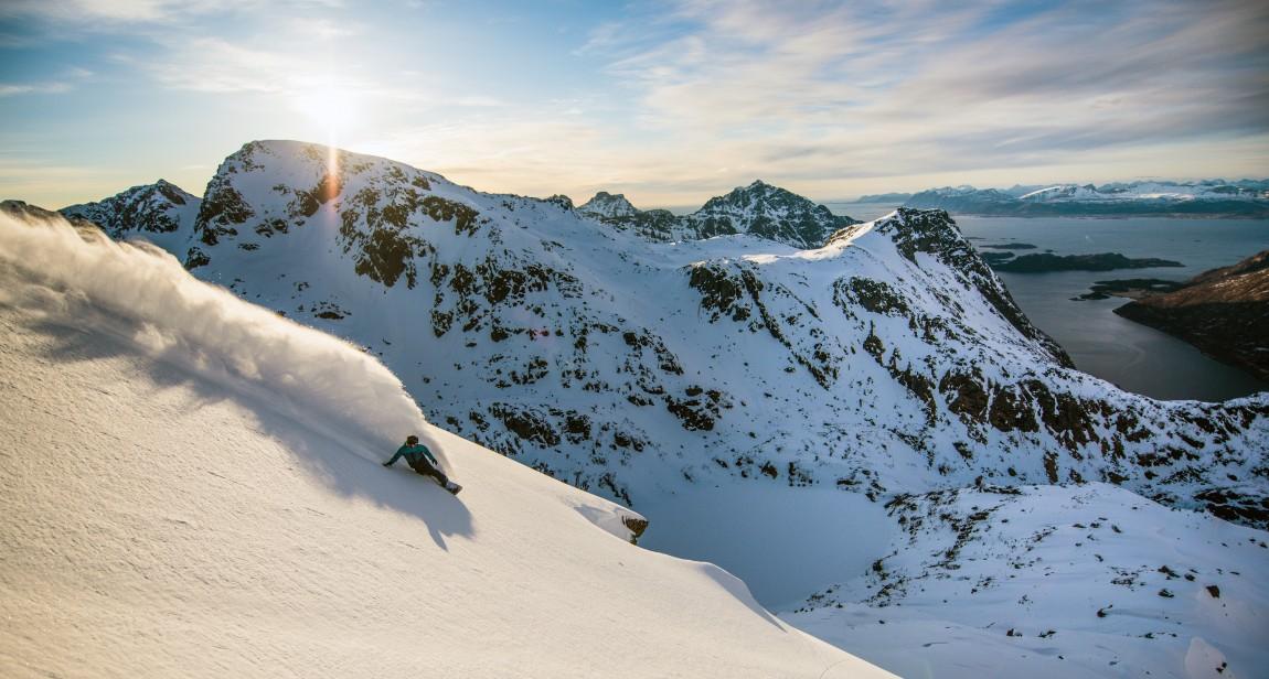 Terje Håkonsen suser nedover en fjellside i Lofoten i Supervention II. (Foto: Sverre Hjørnevik / SF Studios)